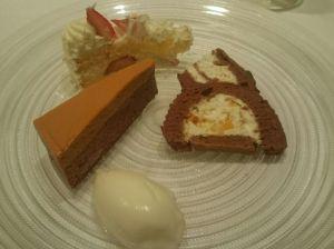 ぐりが選んだデザートは、ブッシュドノエル、キャラメルのケーキ、ショートケーキ